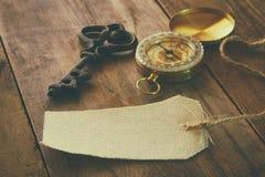 Wizerunek antyka klucz, pusta brezentowa etykietka i kompas, Fotografia Stock