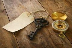 Wizerunek antyka klucz, pusta brezentowa etykietka i kompas, Obrazy Royalty Free