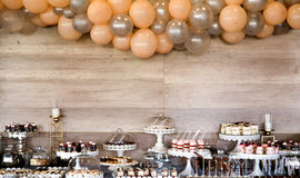 wizerunek asortowani cukierki na przyjęcie stole obraz stock
