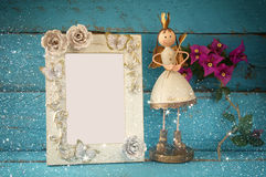 Wizerunek biały rocznika pustego miejsca ramowy i śliczny czarodziejski princess na drewnianym stole rocznik filtrujący z błyskot Obraz Stock