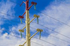 Wizerunek bielu i czerwonego światła słup z niebieskim niebem fotografia royalty free