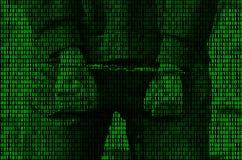Wizerunek binarny kod od jaskrawego - zieleni postacie, przez których wizerunek aresztująca i kajdanowa osoba Obrazy Royalty Free