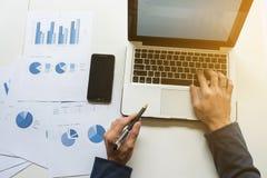 Wizerunek biznesmen ręki, Młody business manager pracuje przy Zdjęcia Stock