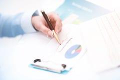 Wizerunek biznesowi dokumenty na miejscu pracy z partnerów oddziałać wzajemnie Obrazy Stock