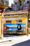 Wizerunek Che Guevara i kubańska flaga na starym budynku w Hawańskim zdjęcie stock
