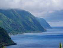Wizerunek chmurna, mgłowa linia brzegowa z zielonymi górami pełno i, Azores, Portugalia, obrazy stock