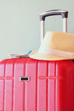 Wizerunek czerwony elegancki podróż bagaż i fedora kapelusz przed morzem Podróży i wakacje pojęcie Zdjęcie Royalty Free
