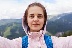 Wizerunek dobry patrzejący satysfakcjonującego podróży blogger robi selfie, mieć spoczynkowego czas, zachwycający z wycieczką uwa fotografia royalty free