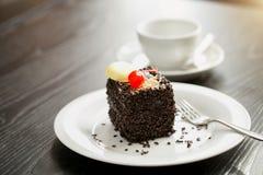Wizerunek domowej roboty yummy tort z czekoladami i śmietanką zdjęcia stock