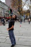 Wizerunek dostaje przygotowywający zabawiać tłumu uliczny wykonawca, Faneuil Hall, Boston, msza, Grudzień, 2014 Fotografia Royalty Free