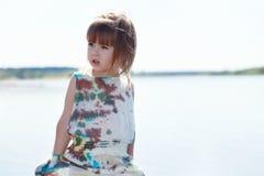 Wizerunek dosyć mały model pozuje przy jeziorem zdjęcia stock
