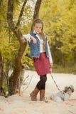 Wizerunek dosyć mały model pozuje z psem zdjęcia royalty free
