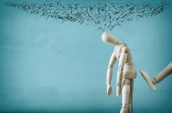 wizerunek drewniana atrapa z zmartwionymi zaakcentowanymi myślami depresja, obsesyjnie kompulsywny, adhd, niepokojów nieład pojęc zdjęcie stock