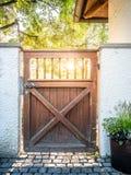 Wizerunek drewniana brama z s?o?cem w tle obrazy stock