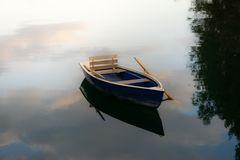 Wizerunek drewniana wioślarska łódź na jeziorze fotografia royalty free
