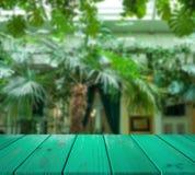 Wizerunek drewniany stół przed abstraktem zamazywał tło restauracyjny wnętrze może używać dla pokazu lub montażu twój dźgnięcie Obrazy Royalty Free
