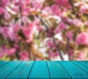 Wizerunek drewniany stół przed abstraktem zamazywał tło Sakura ogród mogą używać dla pokazu lub montażu twój produkty Obrazy Royalty Free