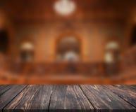 Wizerunek drewniany stół przed abstraktem zamazywał tło wnętrze mogą używać dla pokazu lub montażu twój produkty mock Zdjęcie Royalty Free