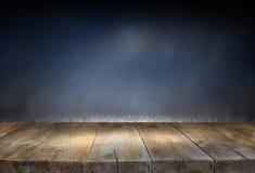 Wizerunek drewniany stół przed błyskotliwością zaświeca tło Zdjęcie Royalty Free