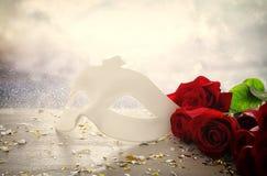 Wizerunek elegancka venetian maska na czerwonym jedwabiu i błyskotliwości błyszczącym tle Obrazy Royalty Free