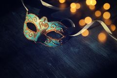 Wizerunek elegancki błękitny i złocisty venetian, ostatki maska nad ciemnym tłem błyskotliwości narzuta Obrazy Stock