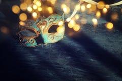 Wizerunek elegancki błękitny i złocisty venetian, ostatki maska nad ciemnym tłem błyskotliwości narzuta Zdjęcia Stock