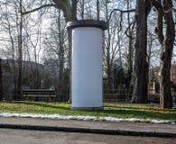Wizerunek fotografii mockup pusty biały plakat uliczny reklamowej kolumny stojak na chodniczku fotografia royalty free