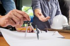 Wizerunek inżyniera spotkanie dla architektonicznego projekta pracujący dowcip Fotografia Stock