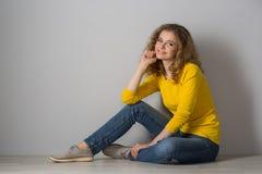 Wizerunek jest ubranym żółtych koszula i cajgów skróty szczęśliwa młoda kobieta Zdjęcie Royalty Free