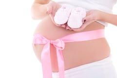 Wizerunek kobieta w ciąży brzuszek z różowym faborku i dziecka bootee Zdjęcia Stock