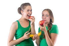 Wizerunek kobiety je warzywa i owoc Zdjęcia Royalty Free