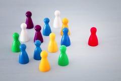 wizerunek kolorowe gier postacie nad drewnianym stołem, działami zasobów ludzkich i zarządzania pojęciem, Fotografia Stock