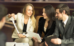 Wizerunek ludzie biznesu słucha i opowiada ich kolega zdjęcia stock