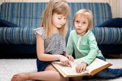 Wizerunek mądrze dzieci czyta ciekawą książkę zdjęcie royalty free