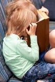 Wizerunek mądrze dzieci czyta ciekawą książkę zdjęcia stock