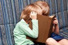 Wizerunek mądrze dzieci czyta ciekawą książkę fotografia royalty free