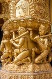 Wizerunek małpi przewożenie słup przy świątynią w Tajlandia Obraz Stock