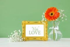 Wizerunek Międzynarodowy women& x27; s dnia pojęcie z pięknym kwiatem w wazie na drewnianym stole obraz stock