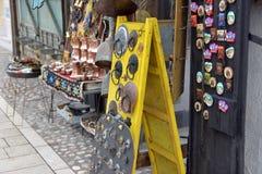 Wizerunek miejscowego przodu sklepu pokaz z roczników mosiężnymi tradycyjnymi towarami Zdjęcia Stock