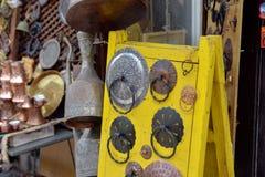 Wizerunek miejscowego przodu sklepu pokaz z roczników mosiężnymi tradycyjnymi towarami Obrazy Stock