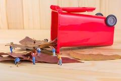 wizerunek mini postaci lal pracownik zbiera suchych liście w ponownego Fotografia Stock