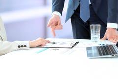 Wizerunek partnery biznesowi dyskutuje dokumenty i pomysły przy mee obrazy royalty free