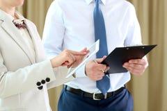 Wizerunek partnery biznesowi dyskutuje dokumenty i pomysły przy spotkaniem obraz stock