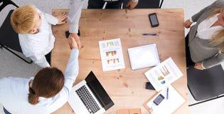 Wizerunek partnery biznesowi dyskutuje dokumenty i pomysły przy spotkaniem Fotografia Stock
