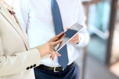 Wizerunek partnery biznesowi używa cyfrową pastylkę przy spotkaniem fotografia stock