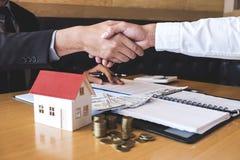 Wizerunek pomyślna transakcja nieruchomość, maklera i klienta chwiania ręki zatwierdzał podaniową formę, po tym jak podpisujący k obrazy royalty free