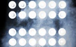 Wizerunek potężni światła reflektorów na scenie zdjęcia stock