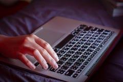 Wizerunek ręk pisać na maszynie Selekcyjna ostrość Zdjęcie Stock