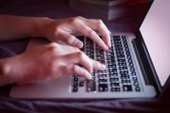 Wizerunek ręk pisać na maszynie Selekcyjna ostrość Obraz Stock