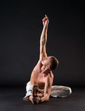 Wizerunek robi joga w studiu chested mężczyzna Zdjęcia Stock